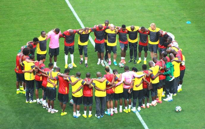 jogadores no treino de Camarões (Foto: Thiago Lavinas)