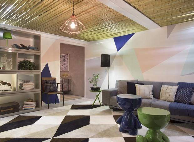 """O """"Escritório do Casal Amor.com"""" faz alusão ao filme Amor.com. Foi criado um espaço de trabalho com soluções econômicas e criativas. O ambiente foi desenvolvido por Dayane Ribeiro e Gabriella Dorville, Design Us e Aline Araújo, ame arquitetura (Foto: Divulgação)"""