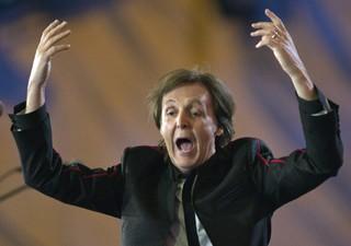 Paul McCartney durante apresentação na festa de abertura dos Jogos Olímpicos em Londres (Foto: Ryan Remiorz/AP)