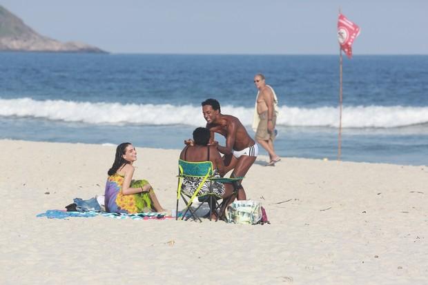 Luís Miranda na praia (Foto: Dilson Silva / Agnews)