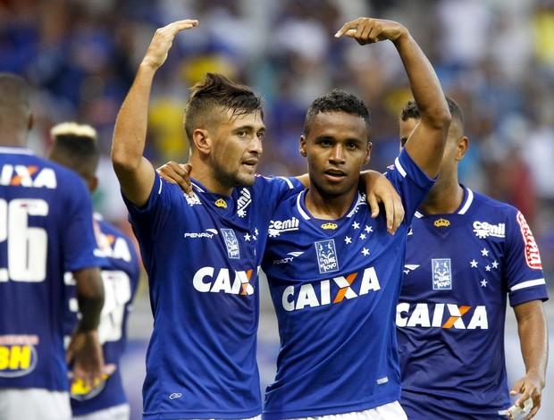 Arrascaeta e Élber comemoram gol do Cruzeiro contra o Tupi-MG