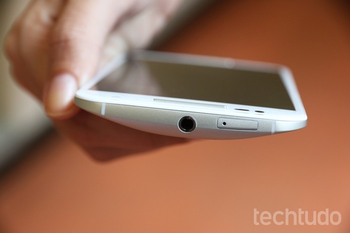 Moto X segunda geração tem entrada de chip na parte superior do aparelho  (Foto: (Foto: Anna Kellen/TechTudo))