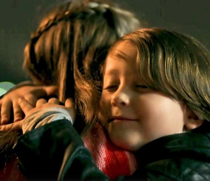 Quando os dois eram crianças, ele também a ajudou (Foto: TV Globo)