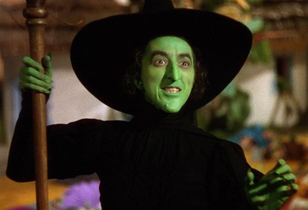 Margaret Hamilton (1902-1985), a eterna Bruxa Má do Oeste de 'O Mágico de Oz' (1939), se queimou gravemente durante uma cena de pirotecnia do filme. Ela ficou tão machucada que usou luvas verdes (em vez de maquiagem) para cobrir as feridas na mão direita. (Foto: Reprodução)