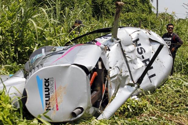Três pessoas ficaram feridas após a queda de um helicóptero perto do templo de Wat Paramaiyikawas, na Tailândia, nesta quarta-feira (22) (Foto: Chaiwat Subpransom/Reuters)