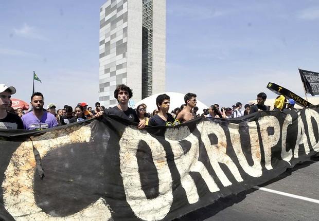 Manifestantes pedem fim da corrupção em passeata em Brasília (Foto: Antonio Cruz/Agência Brasil)