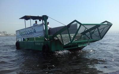 Ecobarco trabalhando na Baía de Guanabara (Foto: Leonardo Filipo)