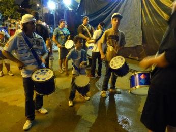Jovens que saem das oficinas da escola já integram a bateria (Foto: Fernando Castro/ G1)