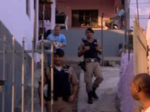 Corpo de bebê é levado para IML (Foto: Reprodução / TV Globo)