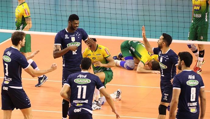 Jogando em Contagem, Cruzeiro venceu o Montes Clarros e garantiu vantagem no Mineiro de Vôlei (Foto: Divulgação/Cruzeiro)