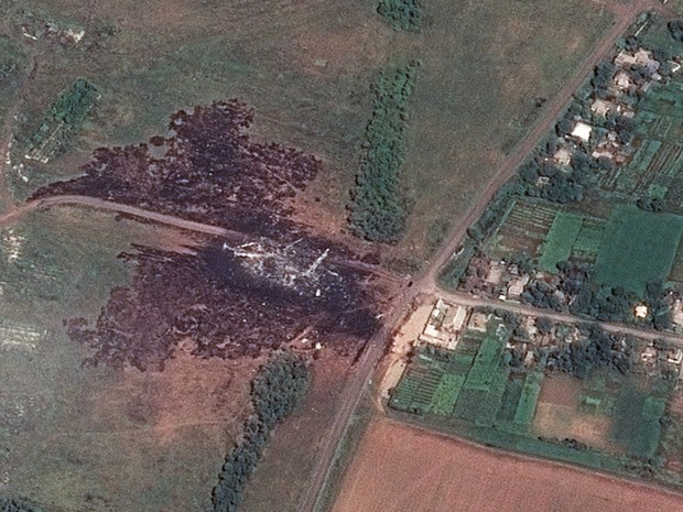 Uma imagem de satélite que mostra o local principal da queda do voo MH17 da Malaysia Airlines, perto de Hrabove, na Ucrânia foi divulgada nesta segunda-feira (21) (Foto: Airbus DS/AllSource Analysis/AP)