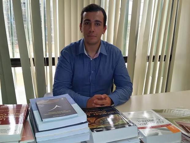 Marcos Alberto de Oliveira, de 22 anos, coleciona livros específicos para concursos públicos (Foto:  Marcos Alberto/Arquivo Pessoal)