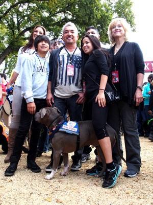 Cesar Millan (no centro) posa ao lado da família e amigos no início da segunda caminhada que tenta sensibilizar a população sobre a adoção de cães (Foto: Robert MacPherson/AFP)