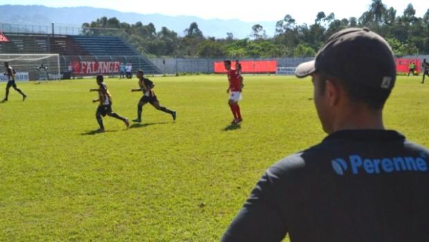 Técnico Rafael Guanaes observa a equipe durante o jogo deste sábado em MG. (Foto: Daniel Mello/CAJ)
