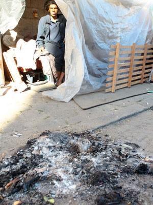 Fogueira onde bebê foi queimado em Santos, SP (Foto: Nirley Sena/Jornal A Tribuna)