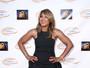 Aos 47 anos, Toni Braxton mostra as pernas com vestido curtinho