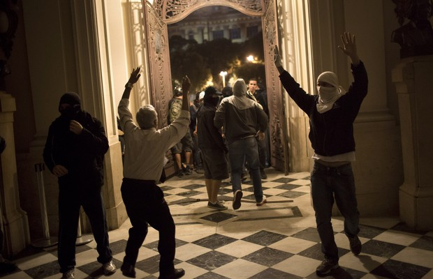 Manifestantes invadiram o prédio da Câmara Municipal no Rio de Janeiro na noite desta quarta-feira (31), em mais um dia de protestos contra o governador Sérgio Cabral  (Foto: AP Photo/Felipe Dana)