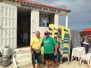 Geneci, o pai, e Caio, o filho, em frente ao quiosque em Capão da Canoa (Foto: Jessica Mello/G1)