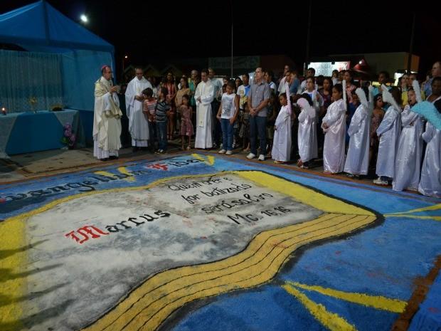 Fiéis iniciam procissão de Corpus Christi em Monte Negro, RO (Foto: Eliete Marques/G1)