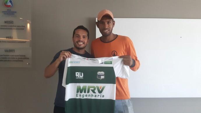 Ricardo Freitas entrega camisa do Novo (Foto: Reprodução/TV Morena)