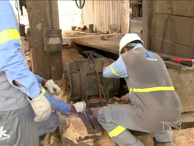 remoção dos transformadores foi feita pelas equipes da concessionária de energia que acompanham a operação  (Foto: Reprodução/TV Mirante)