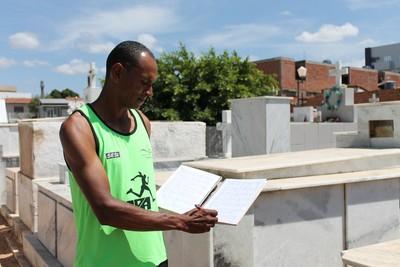 Em seu caderno, o maratonista anota todos os velórios que participou  (Foto: Emerson Rocha)