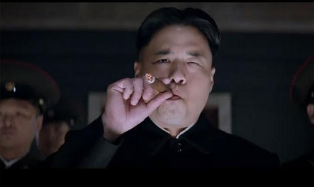 O ator Randall Park interpreta o ditador norte-coreano Kim Jong-Um no filme de 'The Interview', que foi criticado pelo governo norte-coreano (Foto: Reprodução/YouTube/Sony Pictures Entertainment )