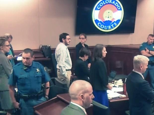 Imagem retirada de vídeo do Departamento de Justiça do Colorado mostra James Holmes com as mãos nos bolsos enquanto aguarda a entrada do júri na corte, em Centennial, no dia 29 de julho (Foto: Colorado Judicial Department via AP, Pool)