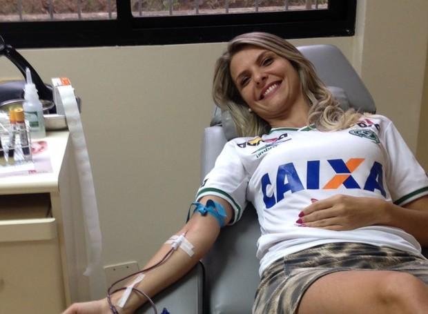 Mariana Panz vestiu a camisa da Chapecoense para doar sangue  (Foto: RBS TV/Divulgação)