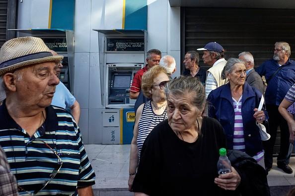 Gregos correm para caixas eletrônicos, postos de gasolina e supermercados