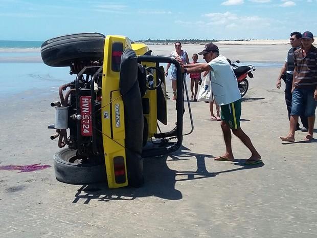 Motoristas morreu e quatro turistas de Goiás ficaram feridas em capotagem na cidade de Camocim, no litoral do Ceará (Foto: Mateus Ferreira/TV Verdes Mares)