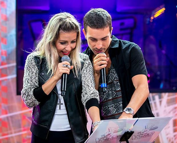 Luiza e Di acompanham a letra da música que cantam (Foto: Isabella Pinheiro/Gshow)