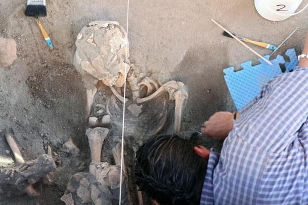 Arqueólogos sugerem que local se trata de um panteão pré-hispânico, com 63 corpos de crianças e adultos (Foto: José Castañares/AFP)