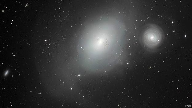 As duas galáxias, NGC 1317 (menor) e a NGC 1316; sinais mostram passado turbulento de galáxia maior (Foto: ESO/Divulgação/BBC)