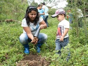 Crianças participam diretamente do plantio das mudas (Foto: Alex Sandro Santos)