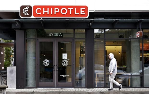 Unidade da rede de fast food Chipotle estava fechada nesta segunda-feira (2) em Seattle, nos Estados Unidos; surto de E.coli ligado ao restaurante atingiu pelo menos 37 pessoas nos EUA (Foto: AP Photo/Elaine Thompston)