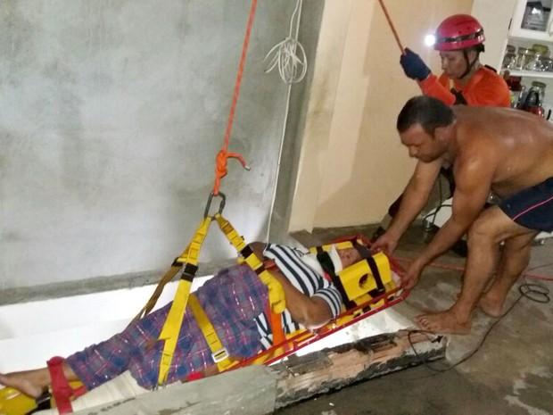 Corpo de Bombeiros foi acionado para fazer a retirada da vítima do local (Foto: Divulgação/Corpo de Bombeiros)