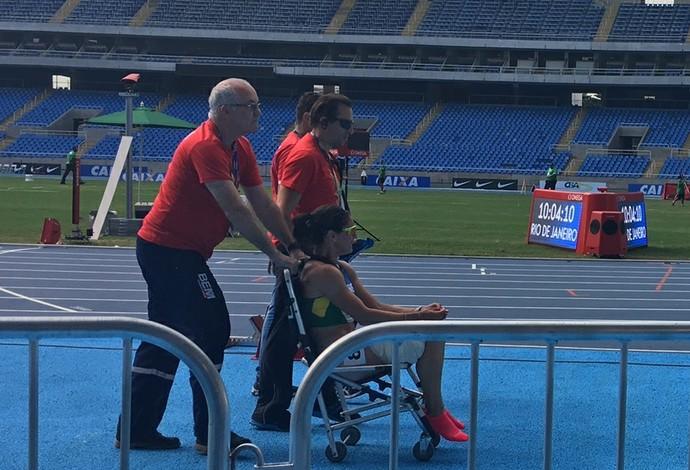 Franciela Krasucki deixa a pista com auxílio de cadeira de rodas (Foto: Amanda Kestelman)