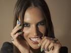 Alessandra Ambrósio pinta as unhas nas cores do Brasil