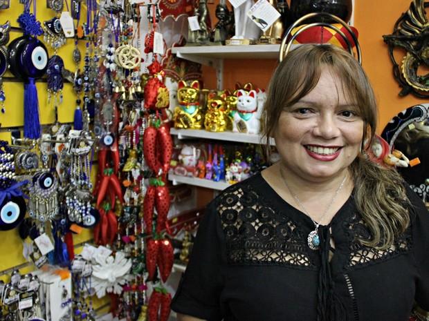 Ana Paula Lavor é proprietária de uma loja esotérica de Manaus (Foto: Ísis Capistrano/ G1 AM)