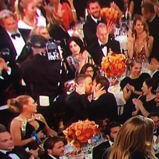 Ryan Reynolds e Andrew Garfield se beijam no Globo de Ouro (Foto: Twitter / Reprodução)