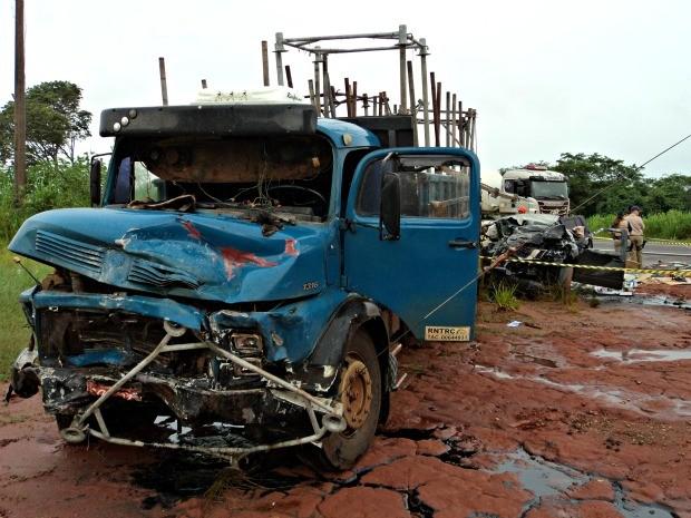 Motorista de caminhonete teria invadido a pista contrária.  (Foto: Divulgação / Corpo de Bombeiros)