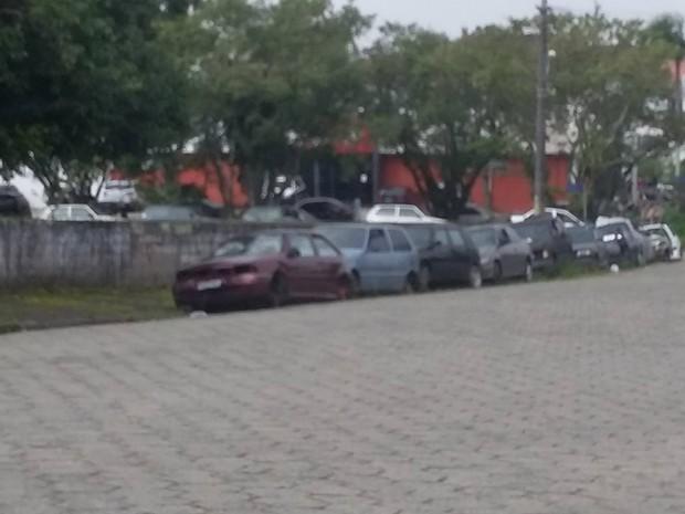 Veículos sem porta, rodas e peças ficam na rua  (Foto: G1)