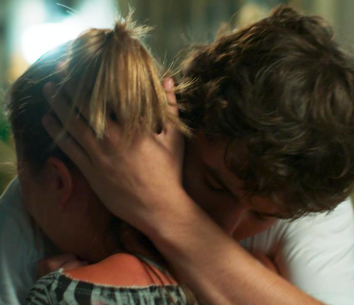 Luan abraça Jéssica e apoia a amiga (Foto: TV Globo)