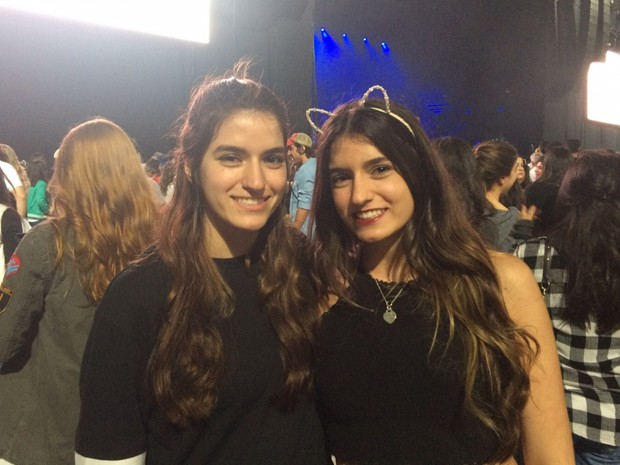 Juliana e Gabriela Perez, irmãs gêmeas, foram direto do Enem para o show de Ariana Grande (Foto: Rodrigo Ortega/G1)