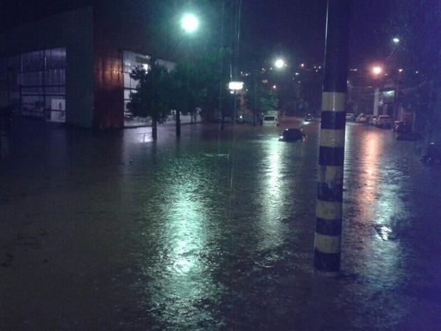 Avenida Jóse Júlio da Costa ficou completamente alagada (Foto: Cristiane Sá de Almeida Figueiredo / VC no G1)