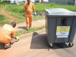 Contêineres ficam em pontos demarcados nas vias (Foto: Assis Cavalcante)