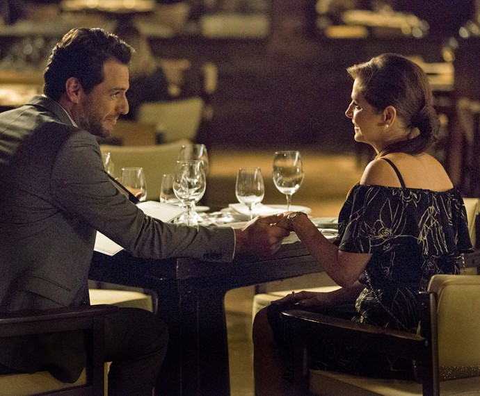 Carolina se diverte durante jantar com Alex (Foto: Felipe Monteiro/ Gshow)
