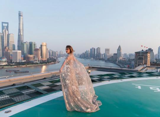 """Princesa da vida real: Emma Watson encanta em estreia de """"A Bela e a Fera"""" na China com look que remete à sua personagem"""
