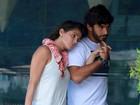 Grávida, Deborah Secco escolhe blusa larguinha para passear no Rio